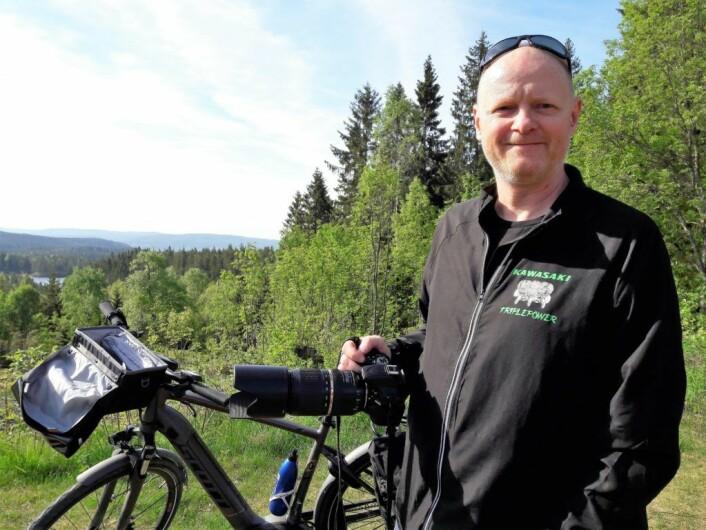 Ståle Malnes kunne se hjem til Ellingsrud fra Lilloseter. Han var på jakt etter gode fotomotiv. Foto: Anders Høilund