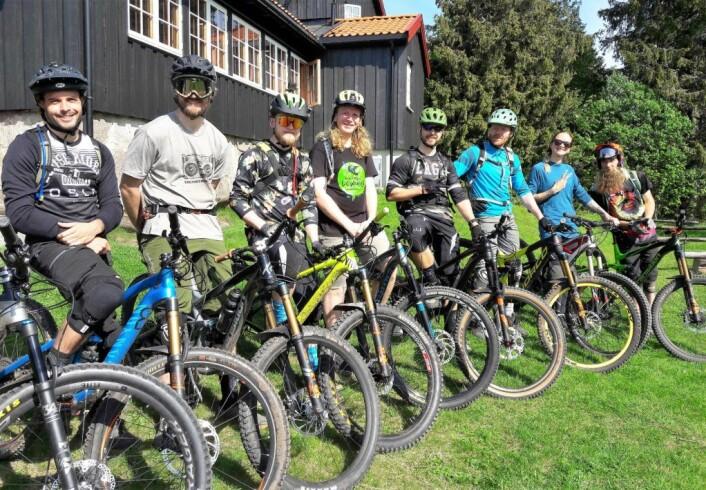 En glad eller gal gjeng med terrengsyklister. Kimbo med langt blondt hår i midten. Foto: Anders Høilund