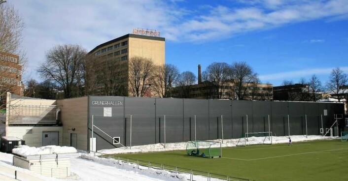 Det er på toppen av den eksisterende Grünerhallen at plan- og bygningsetaten og Fylkesmannen vil bygge den nye flerbrukshallen på Dælenenga. Foto: Vidar Iversen / Wikimedia Commons