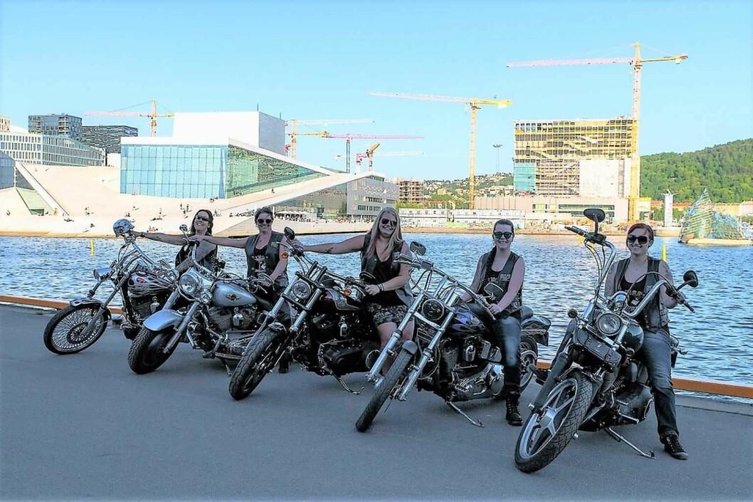 Operaen kom helt i skyggen da Bekka, Gry, Jeanette, Vanja og Maria i motorsykkelklubben Mensen stilte opp med syklene sine på Langkaia. Foto: Anna Carlsson