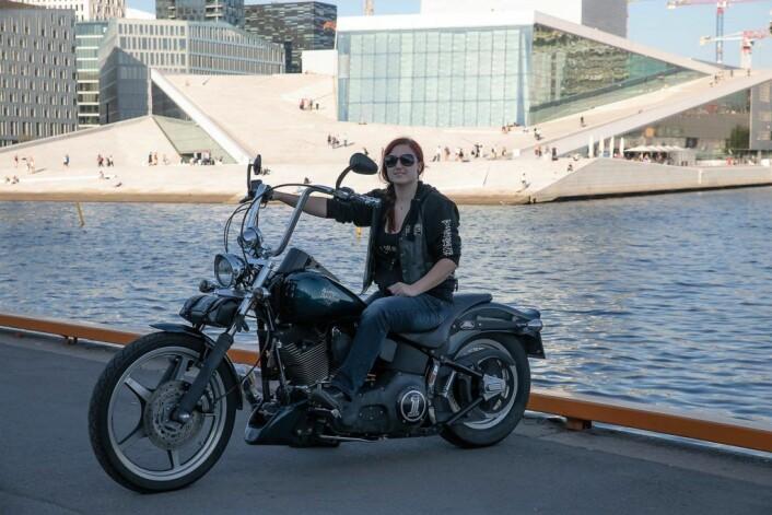 Maria er Vice President og kjører en Harley Dacidson med apeheng-styre. Foto: Anna Carlsson