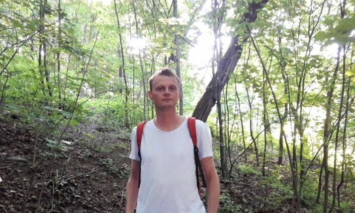 Ådne Obrestad i skogen på Ola Narr, omtrent der hvor han tenker seg et slags uteklasserom. Foto:Anders Høilund