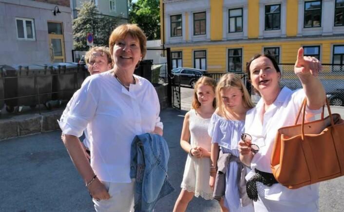 BU-leder Anne Christine Kropelien og elevrådsrepresentantene Filippa Martinsen Rognen og Mille Scharning Lund peker ut detaljer i skolegården for ordfører Marianne Borgen. Foto: Christian Boger