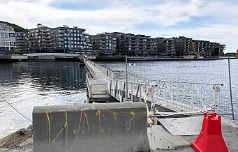 Søndag stengte politiet flytebrua til Sørenga på grunn av utrygt gangdekke. Allerede i dag eller i morgen åpner den igjen