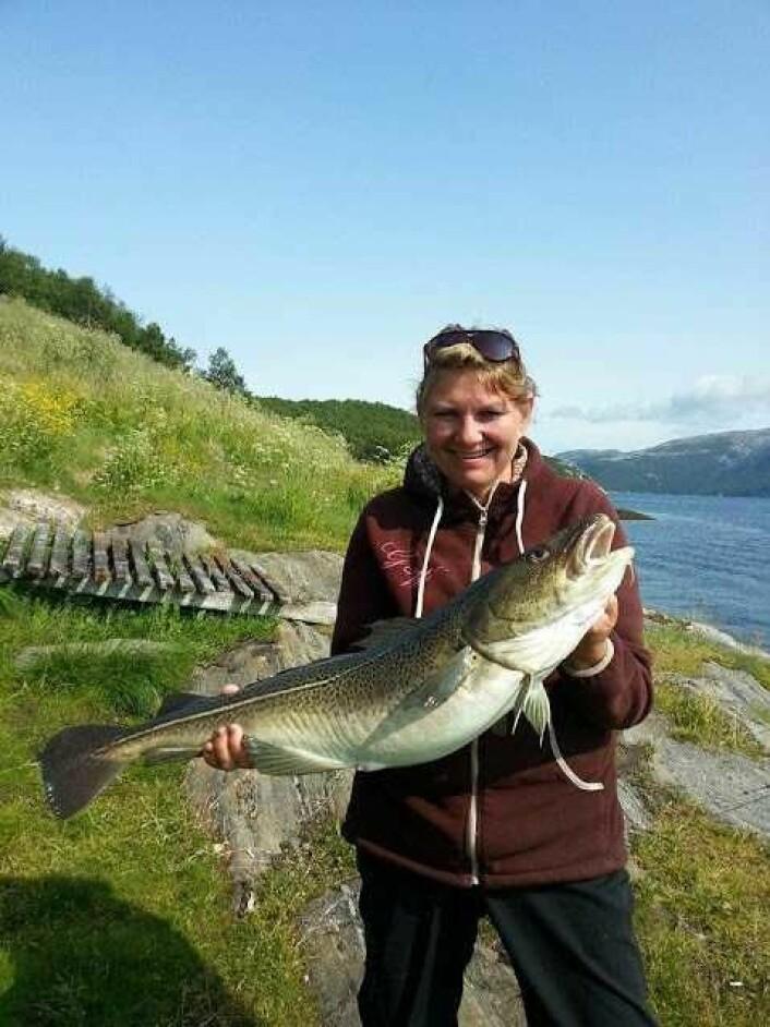 Tone Bøe med flott torsk, tatt på jigg nær bunnen. Foto: Egil Bøe