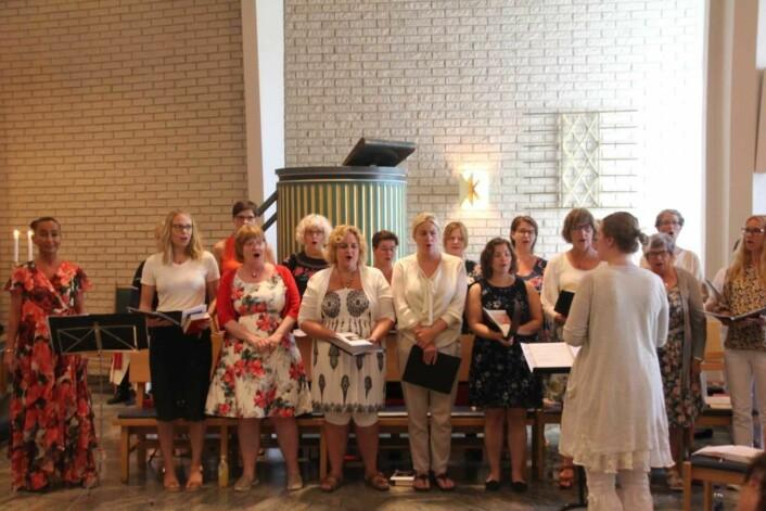 Oslo Damekor var med og gjorde salmesangen fyldig. Foto: Hans M. Borge