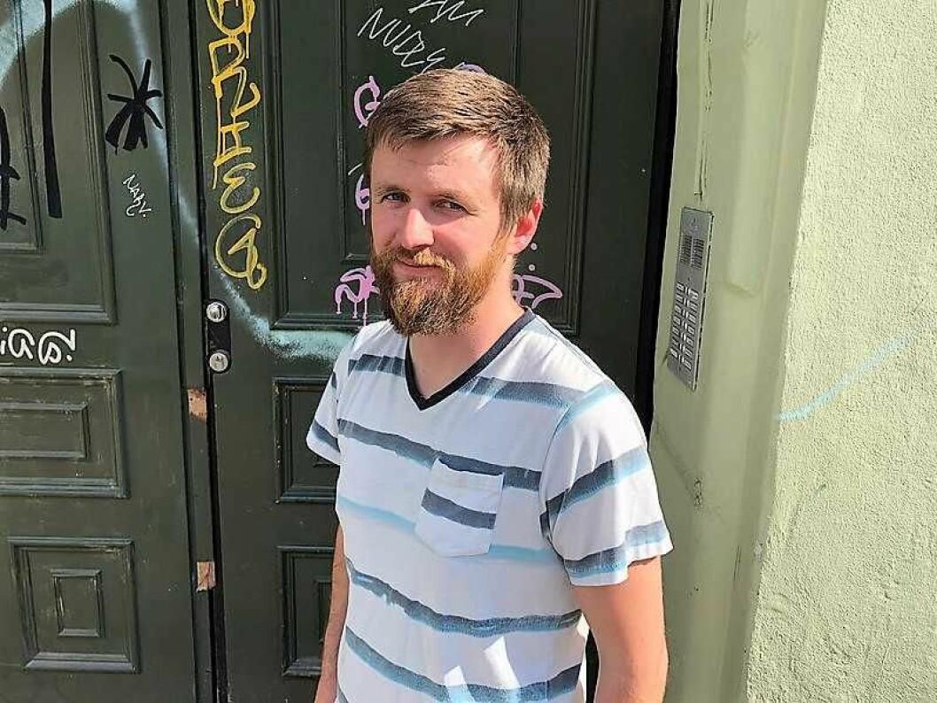 Vaktmester og beboer i Steenstrups gate 23, Lars Petter Johnsen, er rimelig lei av å male over tagging på bygården. Foto: Stian Maurveg