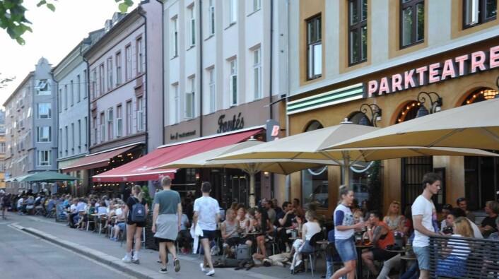 Det skal godt gjøres å finne et ledig bord ved utestedene på Olaf Ryes plass når sommervarmen treffer Grünerløkka. Foto: Arnsten Linstad
