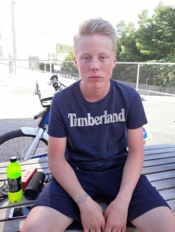 16-åringen Tage Malmberg er vanligvis en tøff hockeyspiller for Vålerengen. Etter å ha fått i seg vann fra Alnaelva, har han gått ned flere kilo, og energinivået er nesten lik null. Foto: Anders Høilund