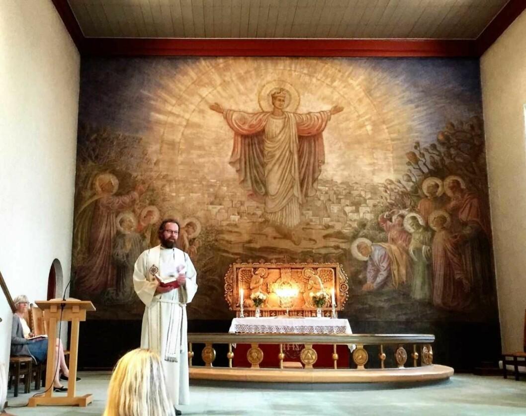 Altertavlen er malt av Per Vigeland og viser  ansiktene til 11 levende og en død prest og er en protest mot nazismen. Foran står sogneprest Knut Rygh. Foto: Kjersti Opstad
