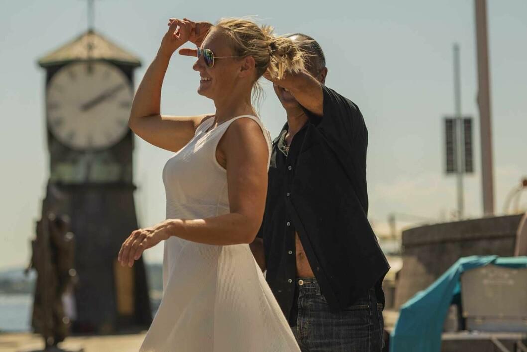Bryggedans i sommerheten. Foran klokketårnet på Tingvallkaia ved Aker brygge kunne alle som var interessert lære seg swing, salsa, tanog og familiedans. Foto: Morten Lauveng Jørgensen