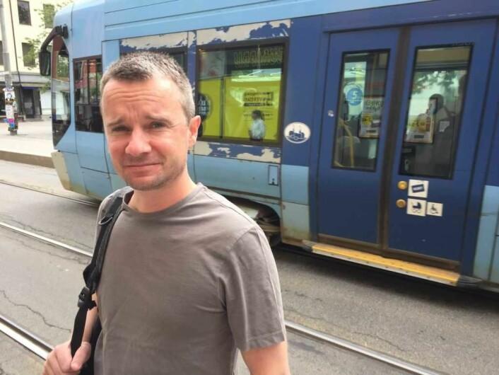 Per Ove Joakimsen peker på at stoppen på Schous plass er en svært populær trikkestopp. Foto: Vegard Velle