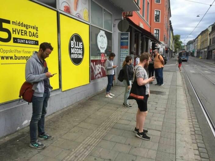 På trikkestoppene ved Schous plass står det alltid mennesker og venter på neste trikk. Foto: Vegard Velle