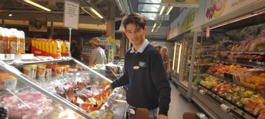 Daniel kom alene til Norge som 14-åring. Nå har han deltidsjobb på Coop Mega Sandaker takket være gode hjelpere