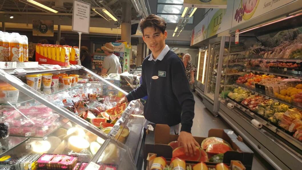 Daniel Alizhade (16) i fruktdisken på Coop Mega Sandaker. Her trives han best. Foto: Tarjei Kidd Olsen