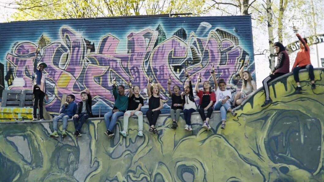 Barna fra alle barneskolene hyller Gamle Oslo i denne musikkvideoen. Foto fra musikkvideoen Gode Gamle Oslo