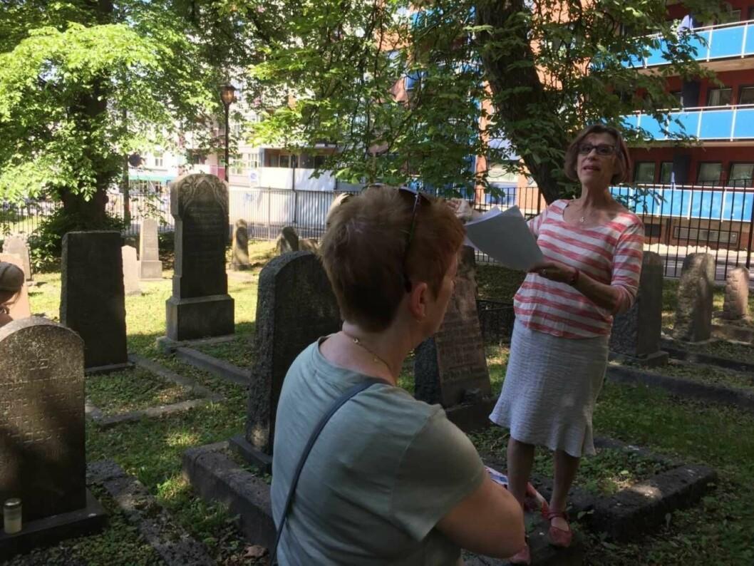 – Om man skal ha et jødisk liv, så er det essensielt å ha et eget jødisk gravsted, forteller Sidsel Levin, fra Jødisk museum. Her i Sofienbergparken. Foto: Kjersti Opstad