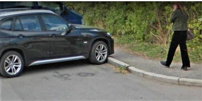 Lasse Pran malte selv opp parkering forbudt-skilt på bakken i Gardeveien. Da forsvant p-vaktene. Foto: Google Street View