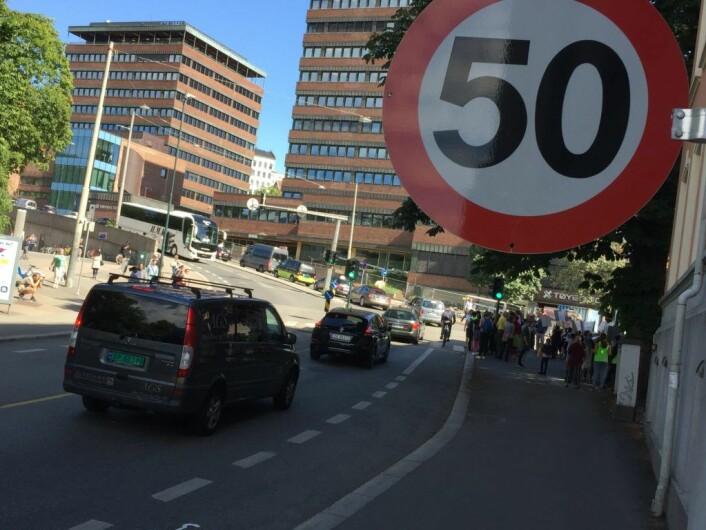 Fartsskiltet viser 50 på vei opp mot fotgjengerfeltet til skolen. På den andre siden viser skiltet 30. Foto: Vegard Velle