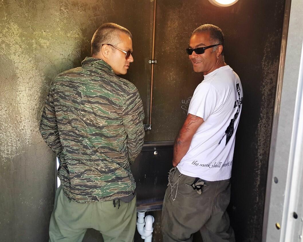 MDGs Victor Gjengaar (t.v.) og Gamlebyen Sport og Fritids (GSF) Alto Braveboy demonstrerer toalettene hos GSF. GSF har akkurat fått 250.000 kroner til å fortsette å drifte toalettene. De åpnet i fjor. Foto: Tarjei Kidd Olsen