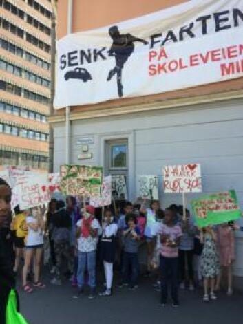 Barna hang opp banner, ropte slagord og bar håndplakater for å vise alvoret i situasjonen med skoleveien. Foto: Vegard Velle
