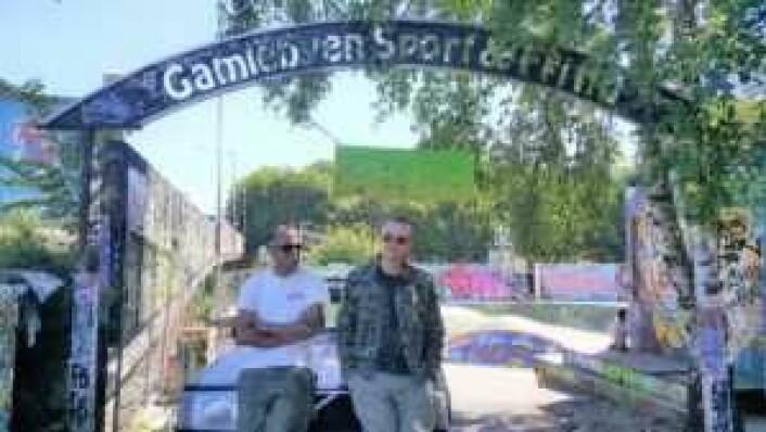 Viktor Gjengaar og Alto Braveboy foran den opprinnelige skatebowlen til GSF. Foto: Tarjei Kidd Olsen