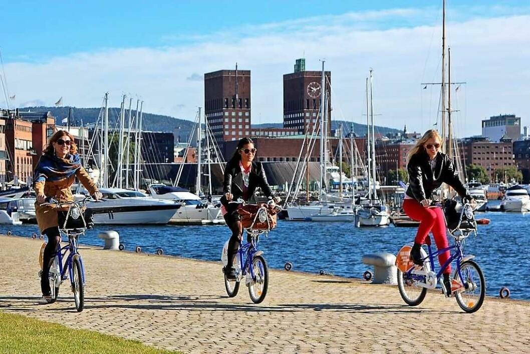 Syklister ved Aker Brygge Tjuvholmen. Foto: VisitOSLO/Rod Costa