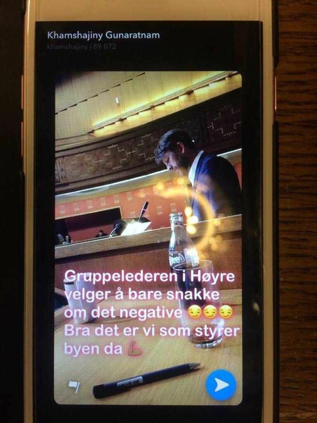 Varaordføreren i Oslo, Khamsy Gunaratnam (Ap), tar bilde og skriver teksten mens hun sitter ved møtelederbordet under bystyremøtet sist onsdag. Eirk Lae Solberg står på talerstolen en drøy meter unna. Foto: Privat