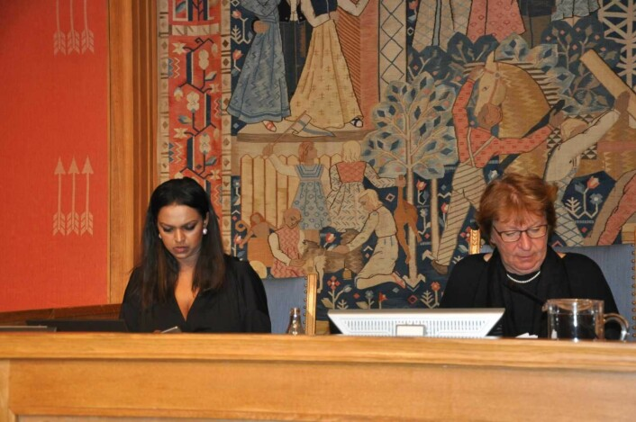 Ordføreren og varaordføreren i Oslo ved møtelederpodiet i bystyresalen. Rett til venstre for Khamsy Gunaratnam er talerstolen. Foto: Arnsten Linstad