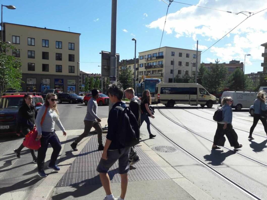 Carl Berners plass er et kollektivknutepunkt i Oslo, men kan plassen bli noe mer enn et sted som folk ønsker å komme seg videre fra? Foto: Anders Høilund