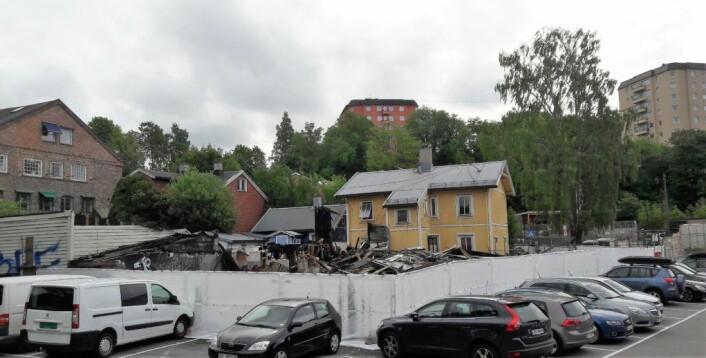Branntomta i Hasleveien er endelig forsvarlig inngjerdet. Hva som nå kommer på tomta, vet naboene ingenting om. Foto: Anders Høilund