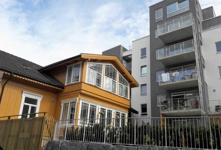 � Dette vitner om dårlig planlegging, sier Per Gunnar Dahl. Trehuset i Hammerfestgata er fredet, men har fått en stor og nærgående nabo. Foto: Anders Høilind