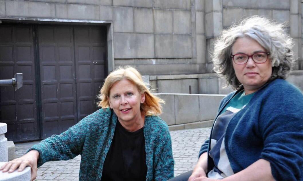 � Funksjonshemmede bedes gå kjøkkenveien, sier Magnhild Sørbotten (t.h) og Camilla Wilhelmsen utenfor rådhusets garasjedør. Foto: Arnsten Linstad