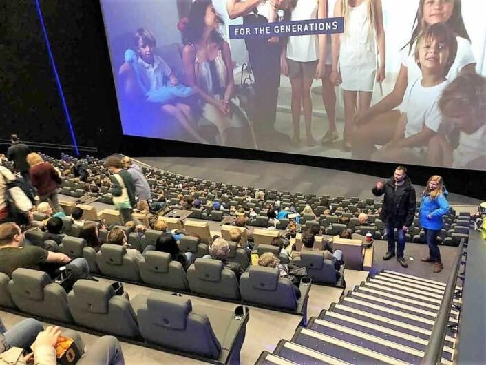 Odeon Storo har kun fått servere alkohol i en bar. Nå kan publikum i også ta med vinglasset inn i kinosalene tilknyttet lounge- og barområdet. Foto: Odeon kino