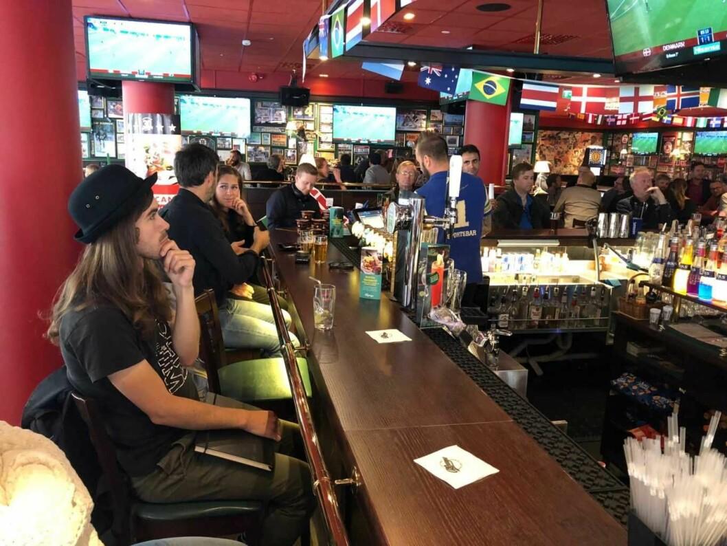 Inne på puben O'Learys i Møllergata kan gjestene velge mellom en rekke VM-skjermer. Foto: Stian Maurveg