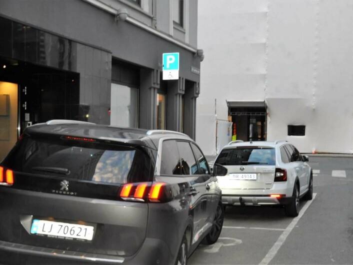 Et annet problem for funksjonshemmede er at andre bilister blåser i reglene. Den nærmeste bilen har ikke tillatelse til å stå på handikapp-parkering. I tillegg sperrer bilisten deler av fortauet. Foto: Arnsten Linstad
