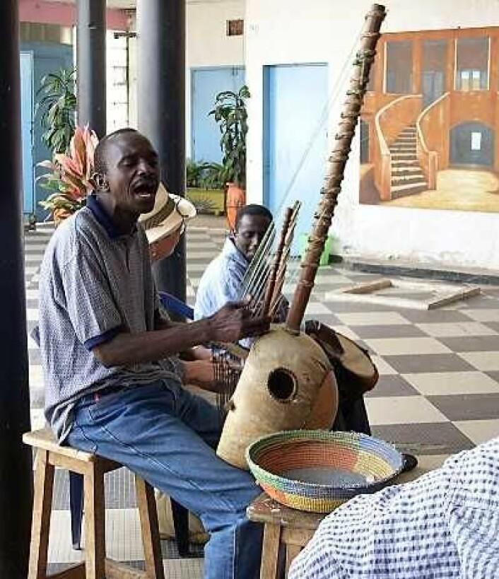 """Tradisjonell koraspiller i Dakar, Senegal. Mye av kulturen er bevart gjennom fortellingene og sangene til """"griots"""", tradisjonsbærerne. Koramusikken har hatt og spiller fremdeles en sentral rolle i bevaring av kultur og identitet. Foto: Wikipedia"""