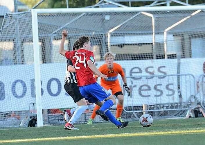 Theodor Kramarics skårer for Skeid 2 i den siste kampen før en kort sommerferie. Foto: Anders Vindegg