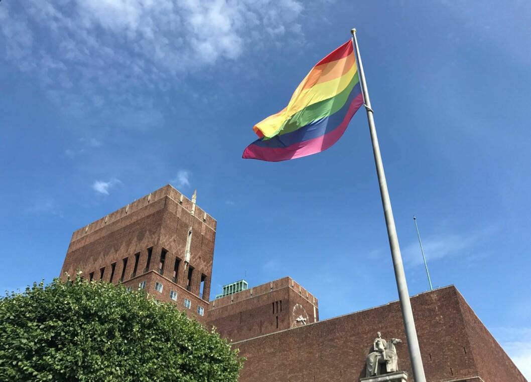 I dag ble regnbueflagget heist rundt hele rådhuset for første gang. Foto: Alexandra Bråten