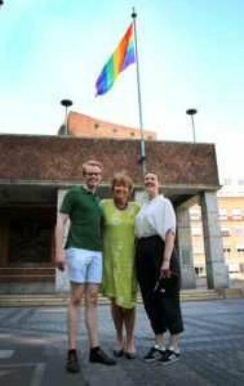 Ordfører Marianne Borgen, Fredrik Dreyer og Brita Brekke med regnbueflagg utenfor rådhuset. Foto: Alexandra Bråten