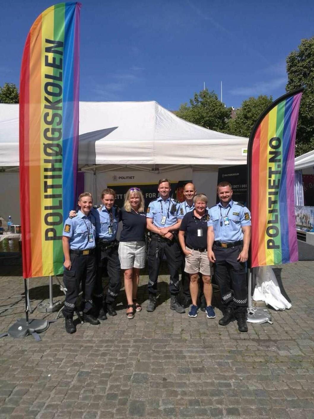 Politiet og politihøgskolens stand i Pride park i Spikersuppa. Foto: Politiet