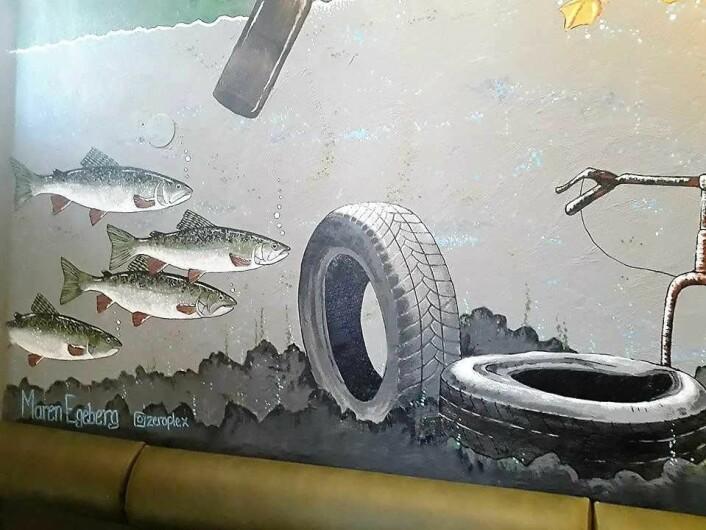 Fisken i Akerselva trives blant bildekk og skrot i veggmaleriet laget av Maren Egeberg på nye Brewgata i Brugata. Foto: Émilie Pascale Bloin Helgheim