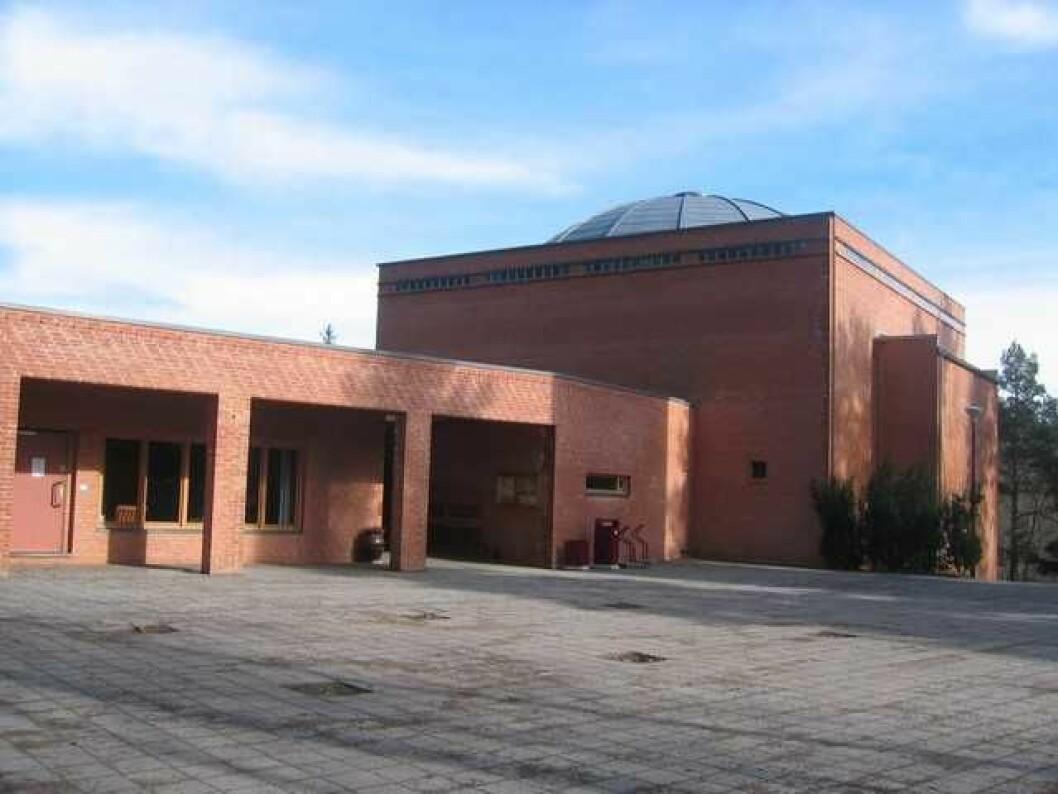 Holmlia kirke med den karakteristiske kuppelen på taket ble innviet i 1993, og er tegnet av arkitekt Harald Hille. Foto: Trond Laksaa/kirkenorge.no