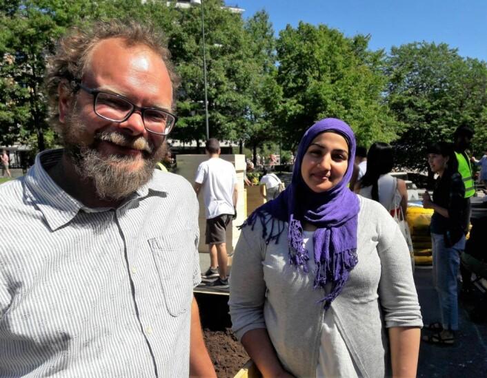 Leo Rygnestad og Saba Hussein, henholdsvis fra bydelene Gamle Oslo og Grünerløkka har rekruttert ungdom til sommerjobbene. På søndag var det kaffekoking og svelesteking som var deres oppgave. Foto: Anders Høilund