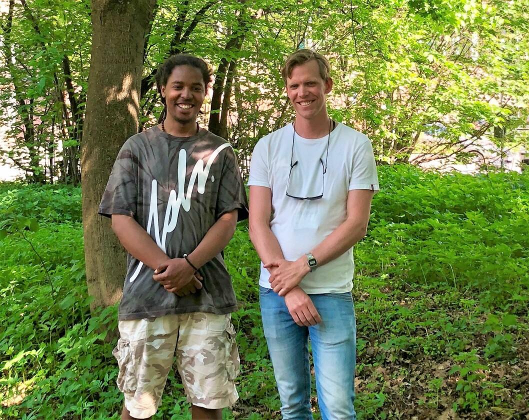 Fuglekassekunster Karoli Lwanga (t.v.) og Mathias Estensen fra bydel St. Hanshaugen er begge svært godt fornøyde med prosjektet. Foto: Christine Thune / Bydel St. Hanshaugen