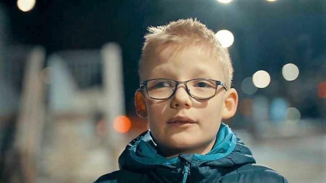 Petter ser veldig dårlig, og er avhengig av skyss for å komme seg trygt til og fra skolen. Foto fra Blindeforbundets video