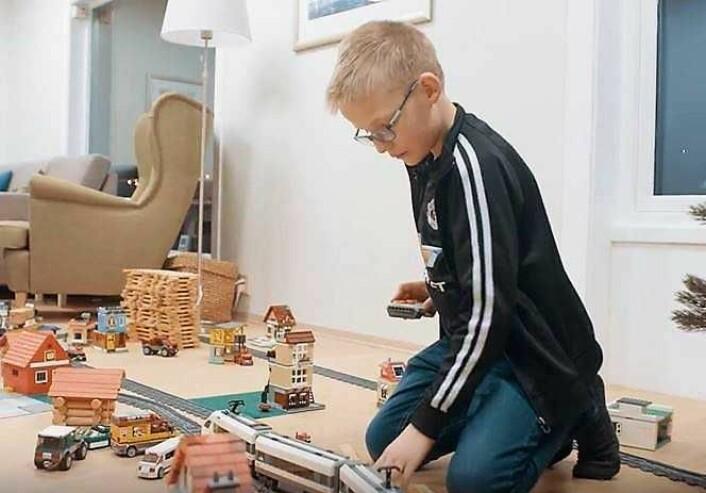 """Ti år gamle Petter planlegger som regel ikke to dager i forveien om han vil ha med en venn hjem fra skolen. Foto fra Blindeforbundets video """"Ser du meg"""""""