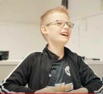 """Å ha et godt å et sosialt liv med venner rundt seg hjelper når en skal lykkes på skolen og senere i arbeidslivet, sier Siri Smedsrud, mor til Petter. Foto fra filmen """"Ser du meg"""" fra Blindeforbundet."""