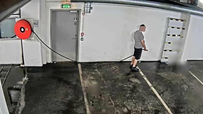 """Tusenvis av liter med vann rant nedover i garasjehuset etter """"vanningen"""". Foto: Ringnes Park Vest"""