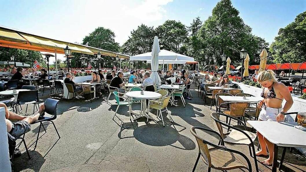 Uteserveringen på St. Hanshaugen tidligere år. Så langt i sommer har det vært stengt, til tross for det strålende været. Foto: St. Hanshaugen uteservering